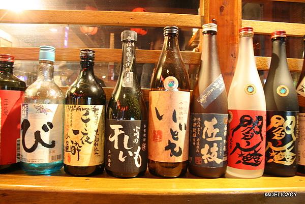 高雄鼓前堂吧台區日本酒的裝飾瓶