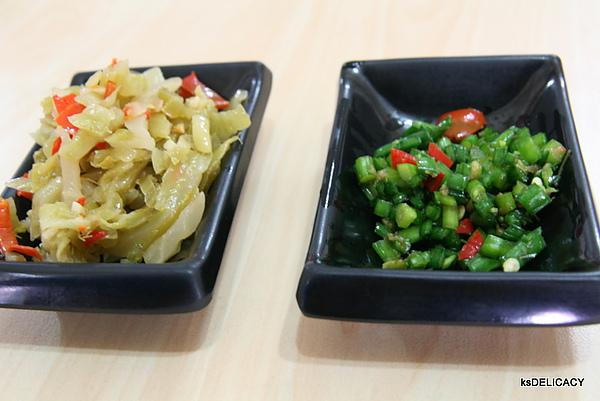 提香渝手拉麵10-韭菜籽跟醬菜.jpg