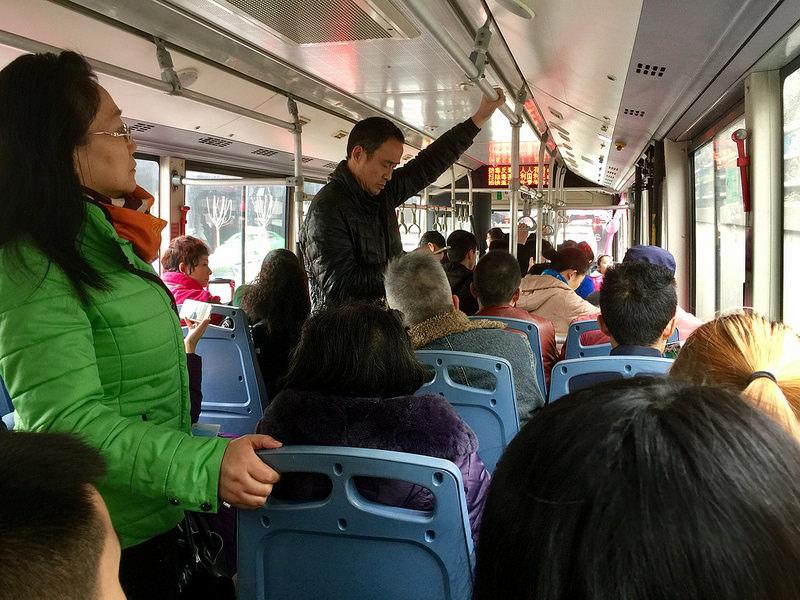 永遠滿是人的公交車。