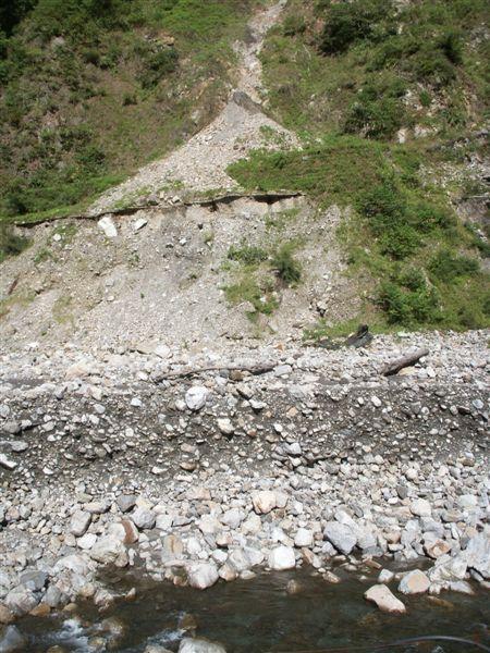 Jul.10-01谷關龍谷自2001以來堆積的厚層礫石.JPG