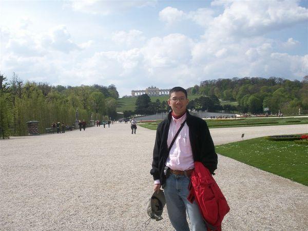 20080413-015 Me with Gloriette in Palace Schoenbrunn (Wien)-PICT2817.JPG