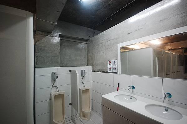 男生浴廁1