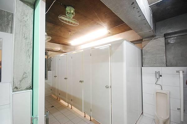 男生浴廁2