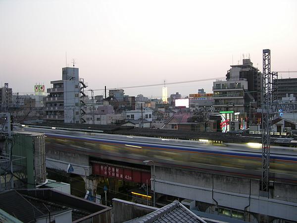 宿舍前是火車站.jpg
