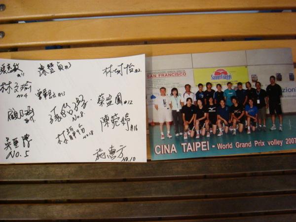 翻拍合照和女排全體簽名