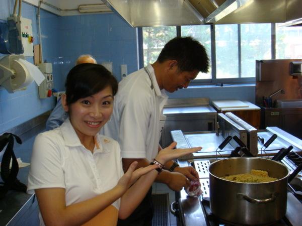 07.08.04-10賽前余老師在煮愛心泡麵