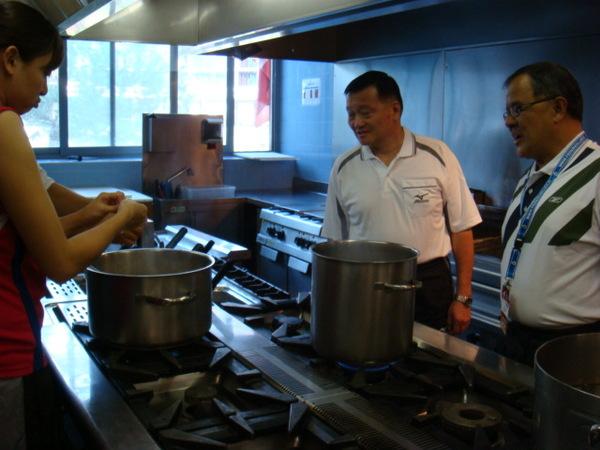 07.08.04-13鄭老師和領隊黃國光老師也來廚房看看
