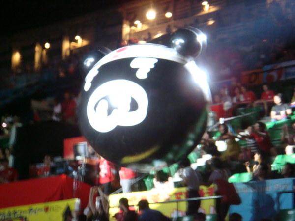 07.08.10-7賽前給球迷一起玩的大豬頭氣球