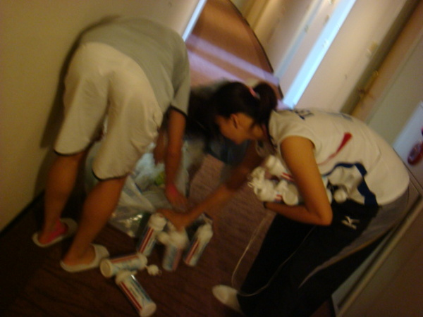 07.08.12-9在飯店12個水壺差點被打掃阿姨給丟了..