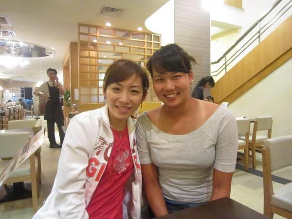 10.04.01那天下午去打網球,晚上初次和陳宜吃飯,她的笑容好有感染力