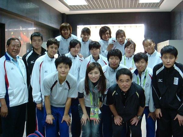 10.11.27-08跟著進休息室和她們拍了照.JPG