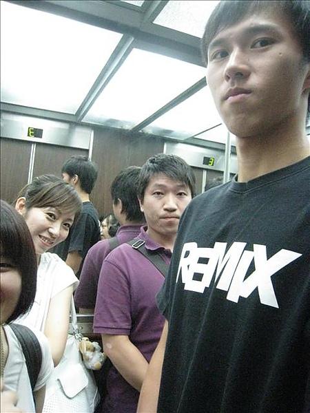 而且連進電梯也再來,餅妹你夠酷!