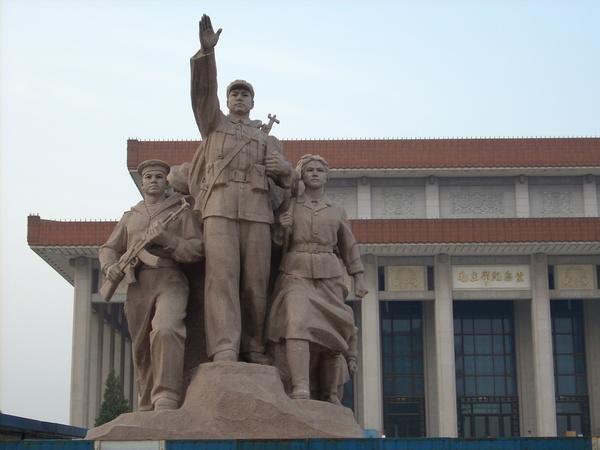 毛澤東人民紀念館前雕像之一