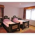 2.飯店房間  粉紅色的小床.jpg