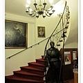 10.飯店1樓樓梯,有盔甲武士超酷的.jpg