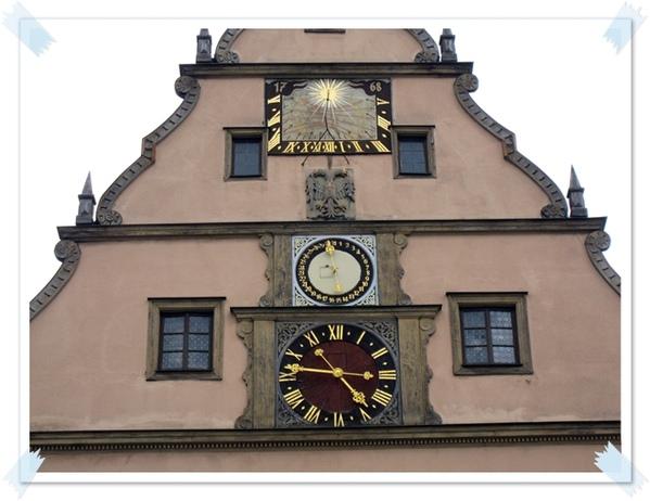 20.市長木偶會從鐘旁邊的窗出來報時.jpg