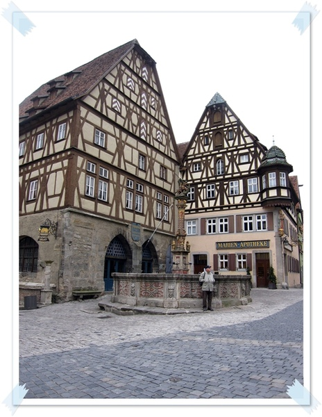21.右:Marien-Apotheke,原來的名字叫Jagstheimerhaus,傳說是喝酒市長的官邸.jpg