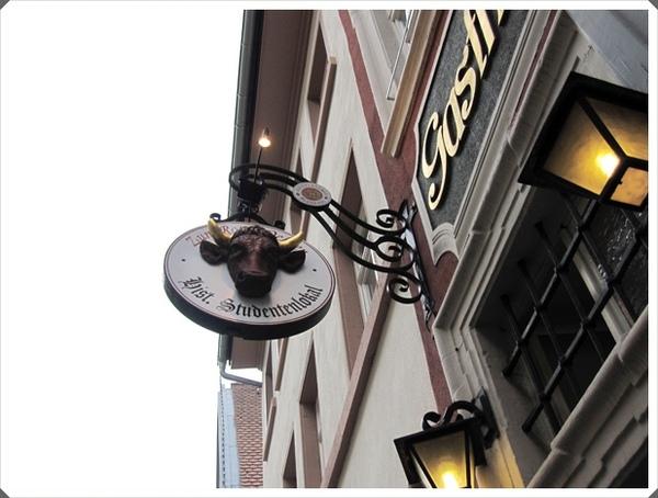 2.學生酒館又稱紅牛餐廳,招牌是大大的紅牛.jpg