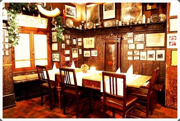 3.不愧是百年餐廳,保留當年學生的塗鴉,很有復古的氛圍.jpg