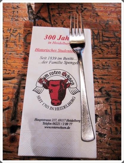 6.印有紅牛圖案的餐巾紙.jpg