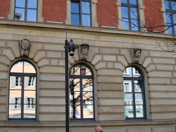 26.Sparkasse銀行窗戶上方都有不同的雕像.jpg