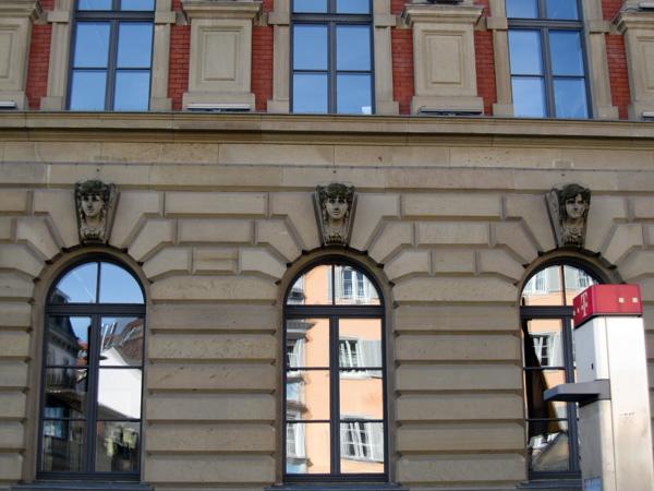 27.Sparkasse銀行窗戶上方都有不同的雕像01.jpg
