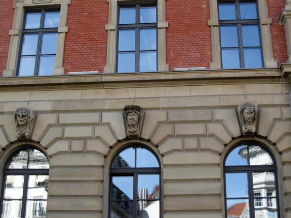 28.Sparkasse銀行窗戶上方都有不同的雕像02.jpg