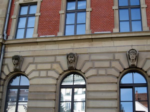 29.Sparkasse銀行窗戶上方都有不同的雕像03.jpg