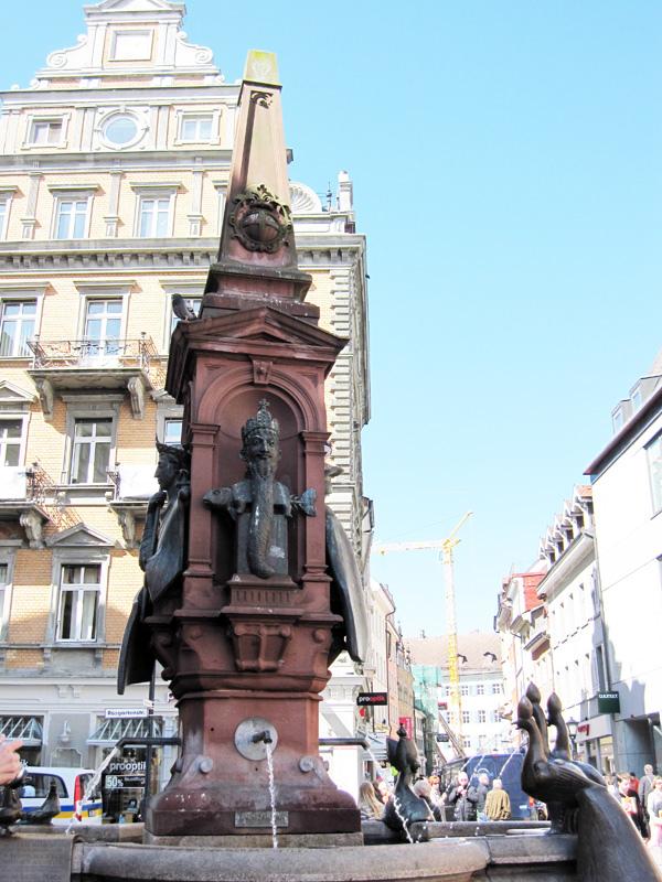 42.Konstanz老城區建築廣場中心的噴水池.jpg