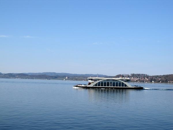 77.湖上的另一艘渡輪.jpg