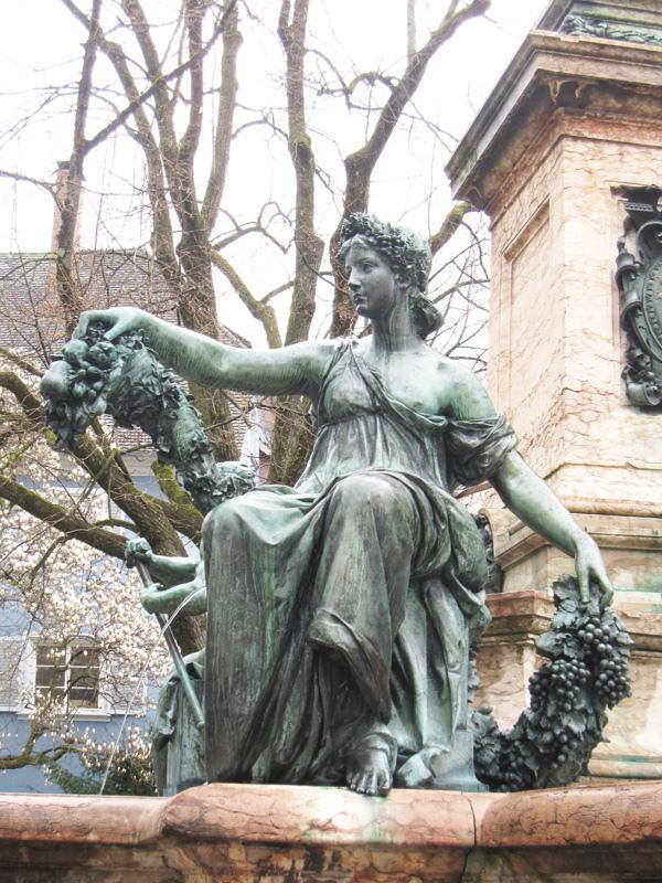 20.手裡拿著葡萄的雕像.jpg
