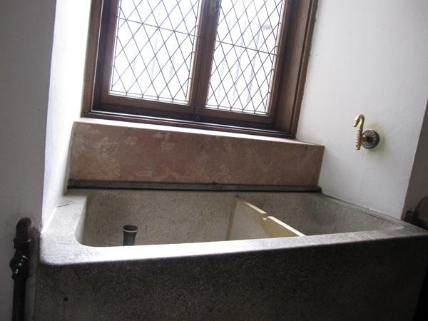 44.廚房有個水池,據說是拿來養新鮮的魚,煮的時候再撈起來.jpg