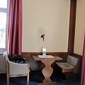 59.Hotel Lisl - 有個小桌子.jpg