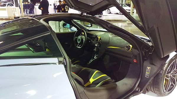 Aston Martin_720S_02.jpg