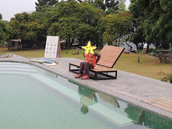 游泳池畔的躺椅.JPG