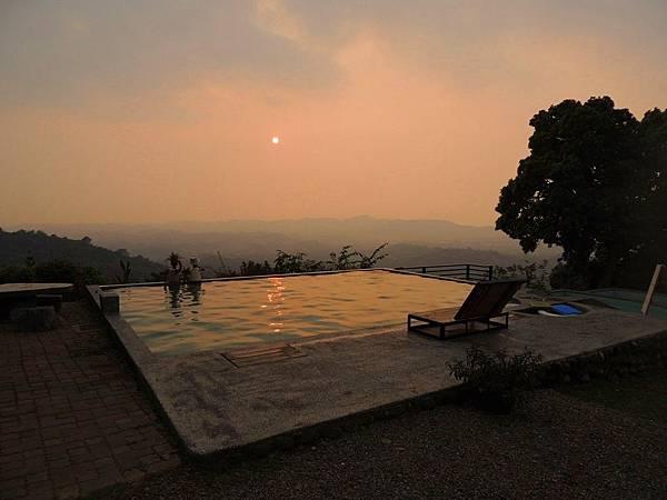 游泳池畔的夕陽.JPG
