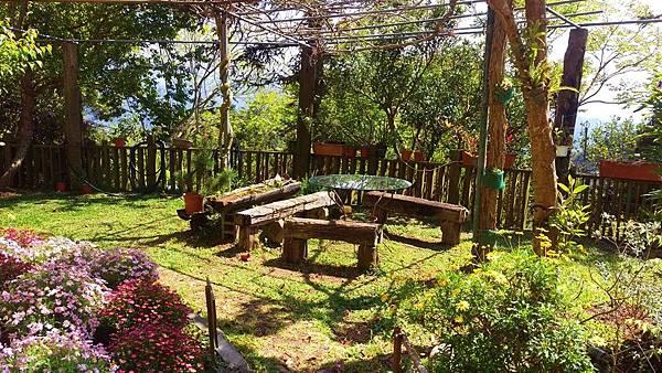 雲也居一餐廳_小花園桌椅.jpg