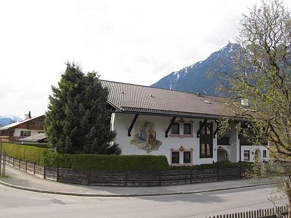 楚格峰_Garmisch-Partenkirchen車站附近的房子 也有溼壁畫.JPG