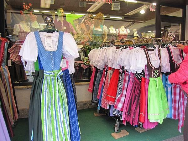 國王湖_碼頭商店的傳統服裝.JPG