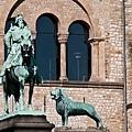 哥斯拉皇宮花園雕像.jpg