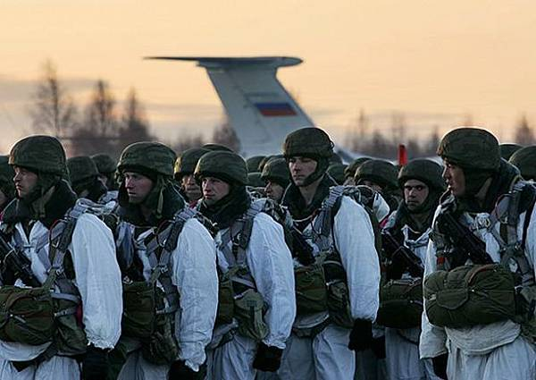 Large_military_exercise_with_airdrop_for_the_Russian_airborne_troops_in_the_Arctic_region_640_001-630x446