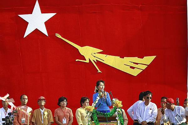 800px-Suu-kyi-gives-speech-in-khawmu