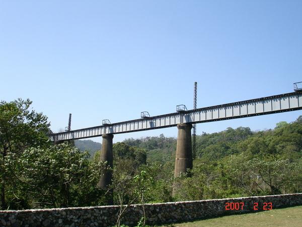 從下往上看新建的鐵軌