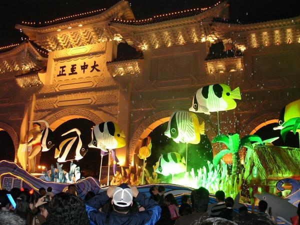 大中至正門前的關島旅遊花燈