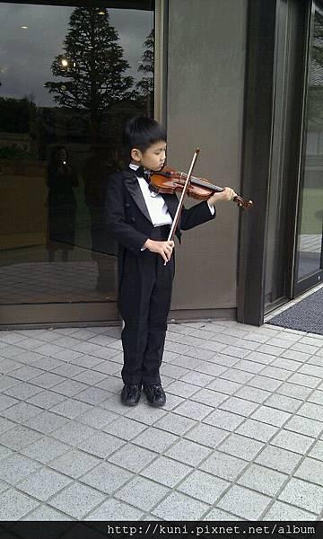 學生才一年級就跑到日本街頭拉琴