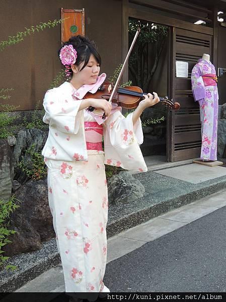 Joyce跑到日本京都街頭拉宮崎駿名曲