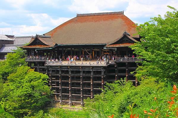 Kiyomizu-dera_-_Main_Hall_2.jpg