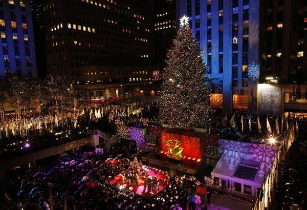 纽约洛克菲勒中心,在洛克菲勒中心豎起聖誕樹的傳統可以追溯到1933年,今年已是第77次。.jpg