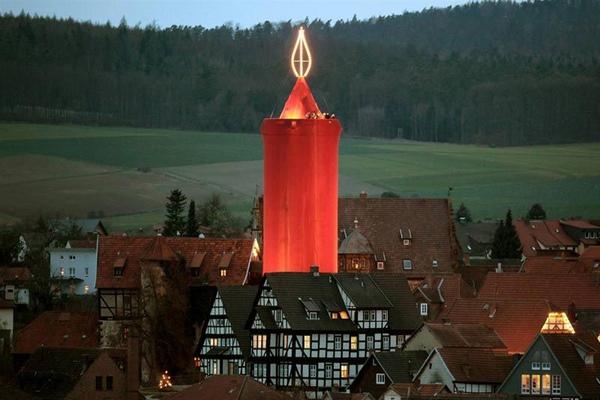 德國老城施利茨最有名氣的聖誕景觀——巨型聖誕蠟燭。.jpg