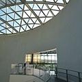 原爆紀念館裡的設計很漂亮~白色的圓形建築.螺旋的步道是空間裡唯一的線條.屋頂的菱形切面設計.不斷反射不同角度的光進來...簡單卻又壯觀